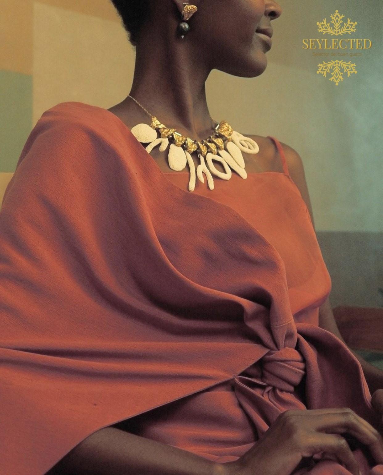 Favorece tanto que puede parecer que sin ese especial vestido, el collar no sería lo mismo. Pero lo cierto es que vistiéndolo con negro o marrones, luciría igual de bien. Fantásticos ambos, el collar y el vestido
