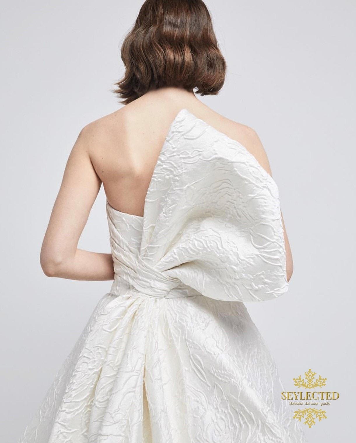 Es un espaldarazo fantástico. Cambiaría el color al relieve del vestido en un oro viejo convirtiéndolo así en un vestido de noche de los que dan que hablar durante décadas.