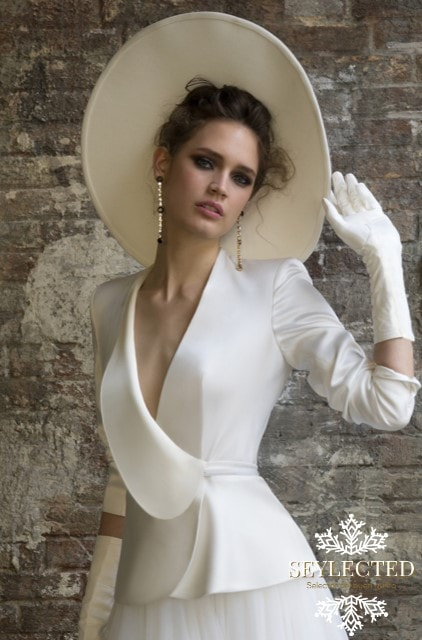 Es una chaqueta divina para una boda civil y seguro encuentras el momento de volver a utilizarla. Preferiblemente no para una segunda boda, pero sí, por ejemplo, en caso de recibir una invitación a un estreno de cine y quieres brillar aunque no seas protagonista del film.
