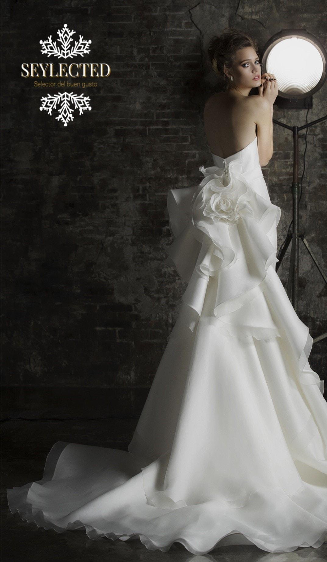 Parece que fuera desprendiendo los pétalos de una rosa blanca. Es un guiño hacia los invitados que pueden disfrutar durante la ceremonia de un diseño tan espectacular.