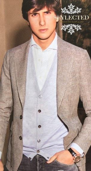 Acertadísimo en la vestimenta. Esa elección de colores claros, esa chaqueta y esos jeans, me hacen preguntarme si ha sido suya y en caso afirmativo, si torea igual de bien que se viste.