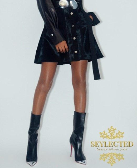 Qué atractiva.! Ella, las botas, las piernas, la chaqueta, la pose... en fin, yo me quedo con las botas. Podéis repartiros el resto.