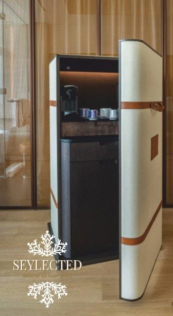 """Un ejemplo muy ilustrativo de saber cuidar los detalles. Esconder el típico """"minibar"""" de hotel en este modelo retro de maleta, es de por sí un detalle. Imagínate el resto.!"""