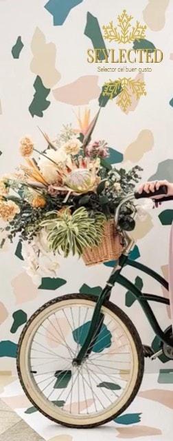 Es probable que no sea especialmente cómodo manejar la bici con este centro floral en el cesto, pero no me digas que no es maravilloso. Y lo que luce ese viaje, aunque sólo sea para ir a comprar las pastillas para el lavavajillas que llevan varios días olvidadas.